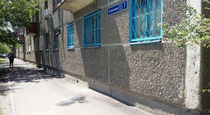 Учительницу подожгли возле школы в Астане