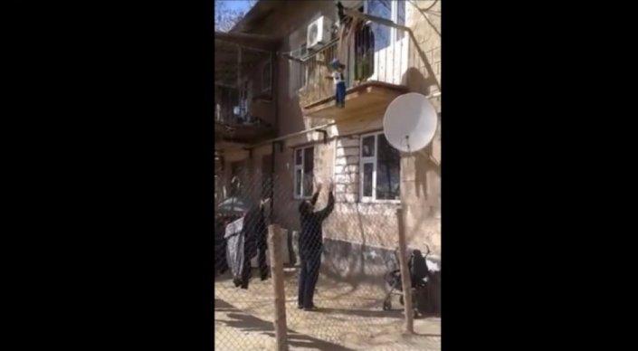 МВД Казахстана изучает видео со сброшенным с балкона ребенком