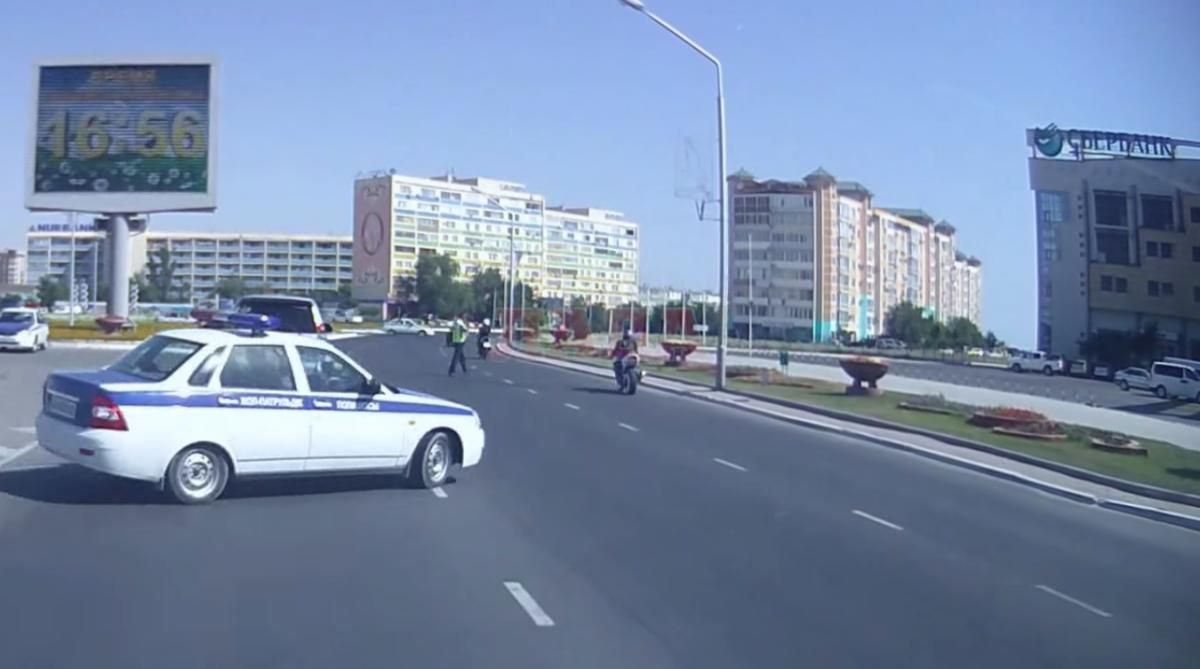 Секс в машине их преследует мотоциклист фото 599-834