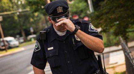 Американский полицейский задушил негра