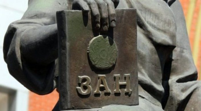 Полицейский в Таразе осужден за получение взятки железной дверью