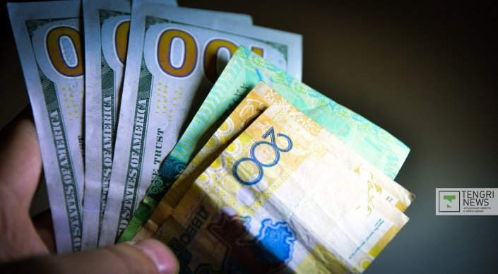 Тенге укрепился по отношению к доллару. Курс нацвалюты к доллару составил 351,85 тенге по итогам утренних торгов