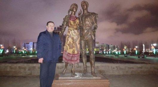 Девушка занимается сексом со статуей