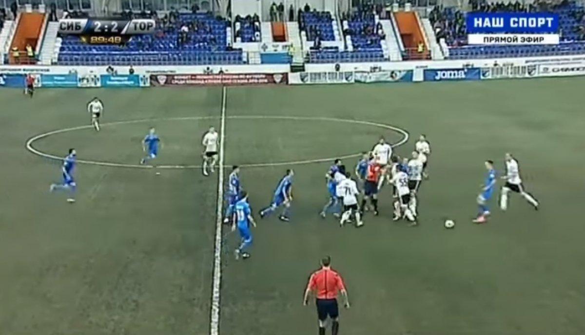 Футболисты «Сибири» и«Торпедо» устроили массовую драку наполе