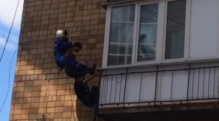 Спасатели сняли предполагаемого квартирного вора с балкона в Караганде