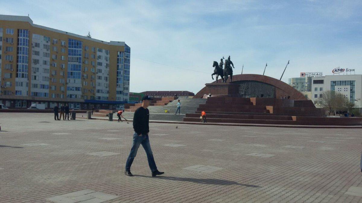 Казахстан: Несанкционированный митинг проходит наплощади вАтырау