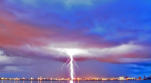 Один человек погиб и десятки пострадали от удара молнии в Европе