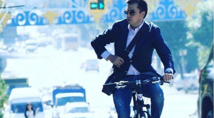 Аким Шымкента пересел на велосипед