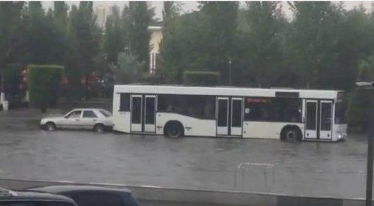 """Синхронное """"плавание"""" автобуса и Mercedes позабавило жителей Астаны"""