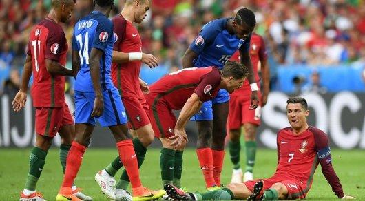 Криштиану Роналду покинул финал чемпионата Европы из-за травмы в середине первого тайма