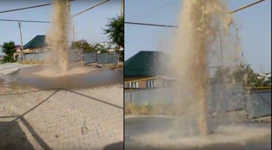 В Сети появилось видео фонтана, бьющего из-под тротуарной плитки в ЮКО