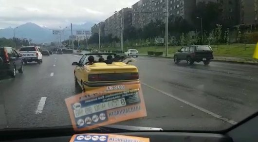 Ливень застал врасплох пассажиров кабриолета в Алматы