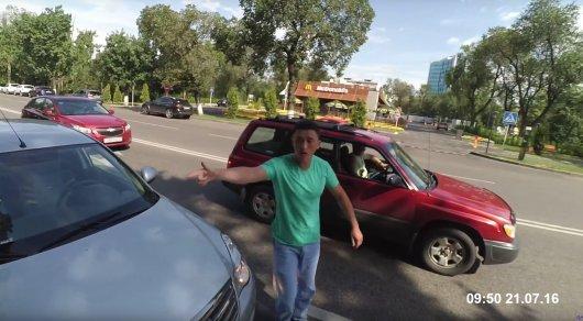 Водитель в Алматы на матах объяснил велосипедисту, где он должен ездить