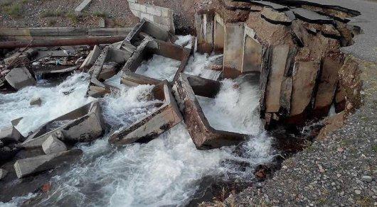 Вода размыла автодорожный мост в Алматинской области