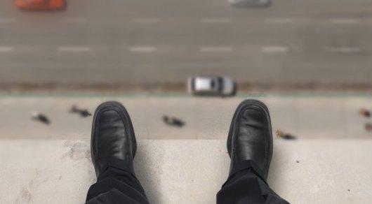 Полицейские Кокшетау удержали за ногу пытавшегося сброситься с 7 этажа мужчину
