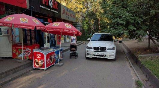 Водителя BMW оштрафовали за парковку на тротуаре в Алматы