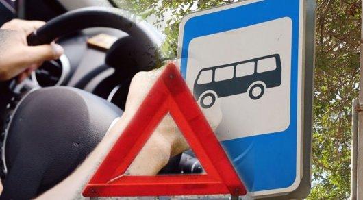 Водитель Mercedes насмерть сбил двух человек на остановке в Шымкенте