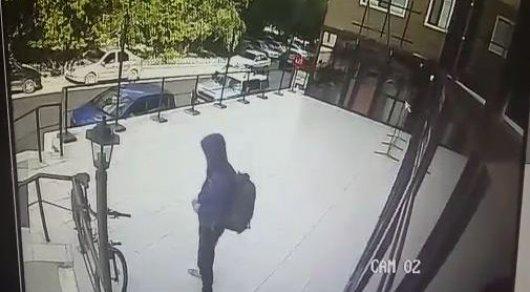 Камера видеонаблюдения зафиксировала кражу велосипеда в Астане
