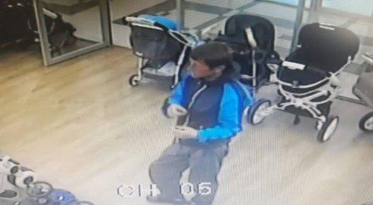 Кража сотового телефона из магазина в Астане попала на видео
