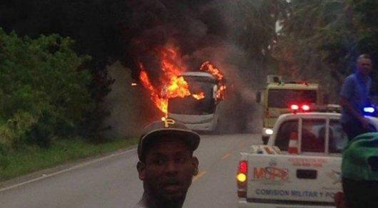 Несколько туристов не смогли выбраться из горящего автобуса в Доминикане
