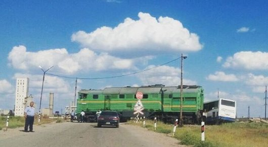 ВКарагандинской области тепловоз сбил ипротащил пассажирский автобус