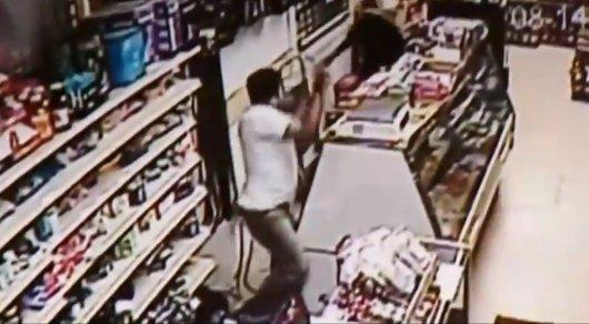 Сражение на мечах засняла камера во время ограбления магазина в США