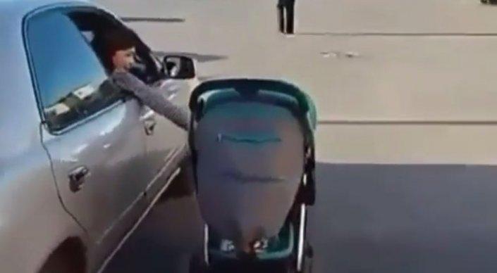 Карагандинка объяснила, почему катала сына на коляске, высунув руку из машины
