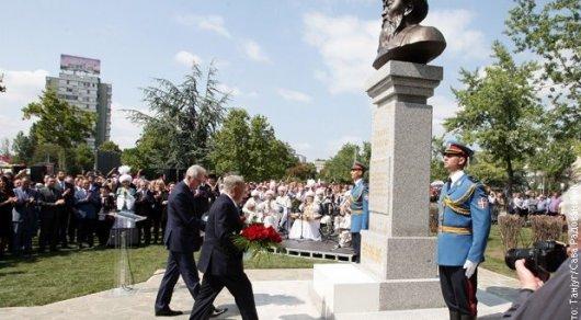 Нурсултан Назарбаев открыл монумент Жамбылу Жабаеву вСербии