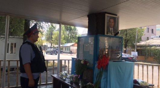 Алматинцы возлагают цветы упосольства Узбекистана