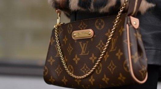 3dae419abe05 Женщина украла сумку Louis Vuitton за 450 тысяч тенге на Зеленом ...