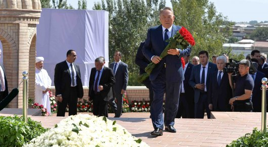 Президент Казахстана возложил цветы к могиле Ислама Каримова