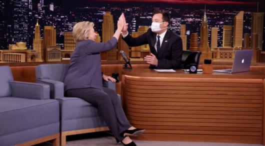 Ведущий NBC надел медицинскую маску и протер руки во время интервью с Клинтон