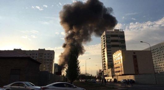В центре Астаны горит строящийся объект. Фото очевидца