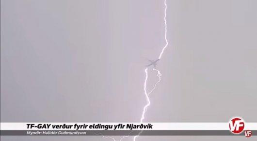 Вглобальной web-сети появилось видео момента удара молнии висландский самолет
