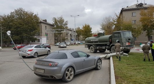 Военный грузовик сбил столб с камерой видеонаблюдения в Семее