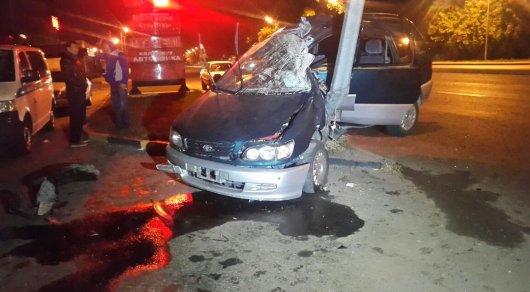 В Алматы Toyota на скорости врезалась в столб, 3 человека пострадали