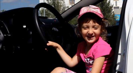 В Астане 4-летняя девочка снимает видеообзоры автомобилей