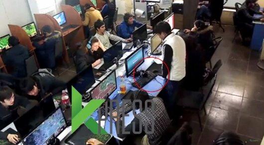 В Бишкеке посетитель при всех помочился на компьютер в игровом клубе