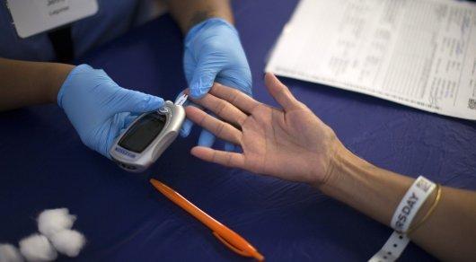 Пациента проверяют на диабет. Фото©Reuters.