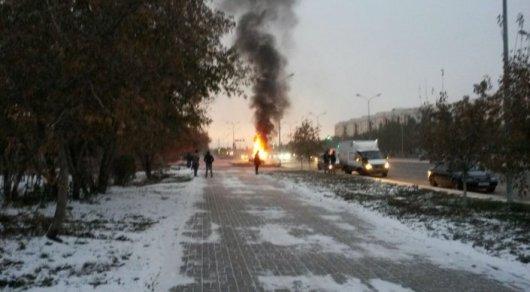 В Астане загорелся припаркованный на обочине автомобиль