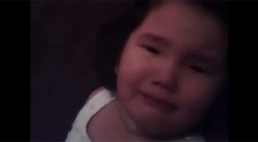 Ожесточенное избиение маленькой девушки попало навидео (18+)