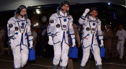 Видео: Члены экипажа МКС успешно приземлились в Казахстане