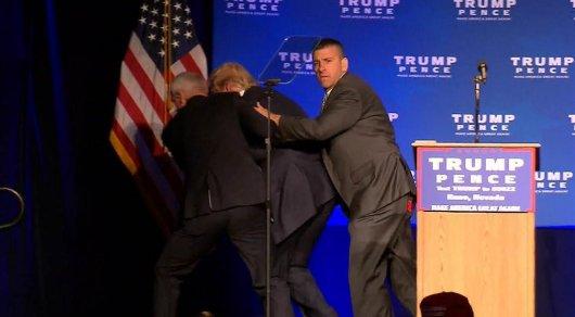 Трампа экстренно увели со сцены на митинге в Неваде