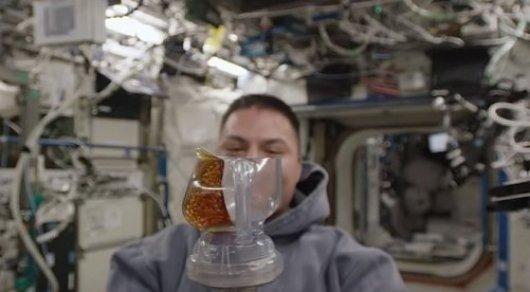 Космонавты научились пить из кружек в условиях невесомости