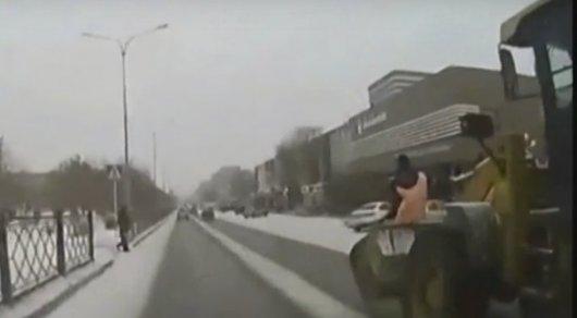 Темиртауских коммунальщиков уволили за езду в ковше трактора