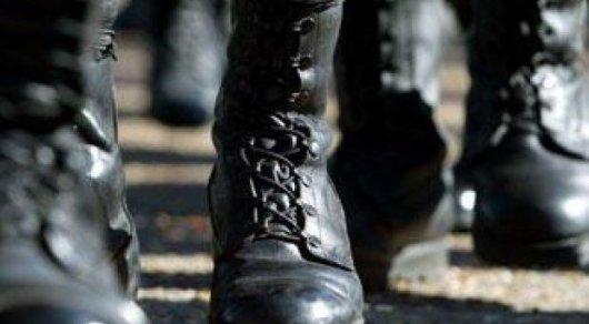 ВАтырау армейского лейтенанта обнаружили повешенным вгараже