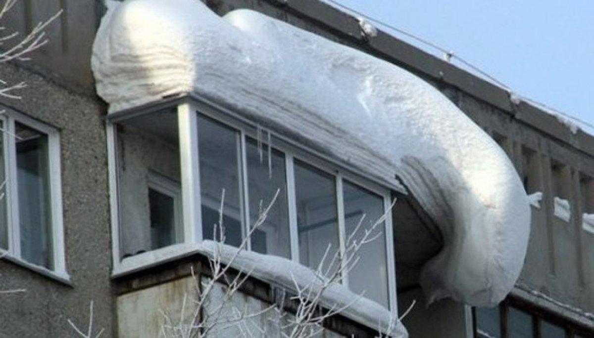 Снег на крыше балкона.