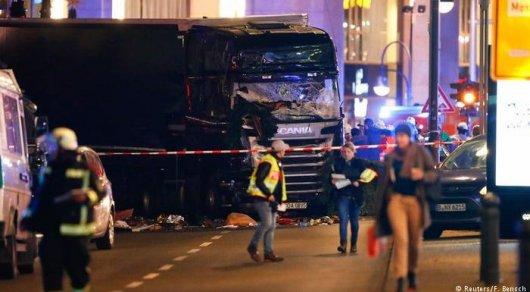Вцентре Берлина фургон въехал втолпу нарождественском рынке — Снова теракт