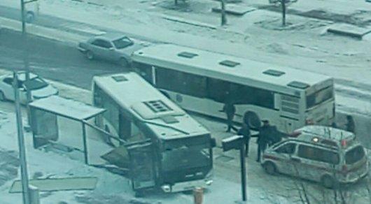 Иностранная машина вАстане наполной скорости влетела вдва автобуса