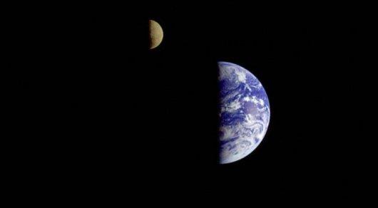 NASA показало, как Земля выглядит сорбиты Марса